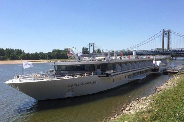 Le Loire-Princesse à Ancenis, le petit paquebot de croisière fluviale rencontre quelques difficultés pour apprivoiser le dernier fleuve sauvage d'Europe