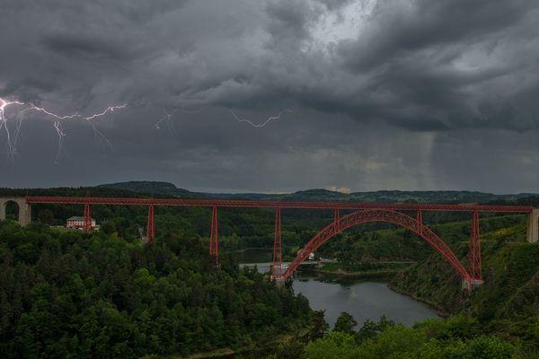 Des orages ont pu être observés du viaduc de Garabit, dans le Cantal, samedi 2 juin en fin d'après-midi