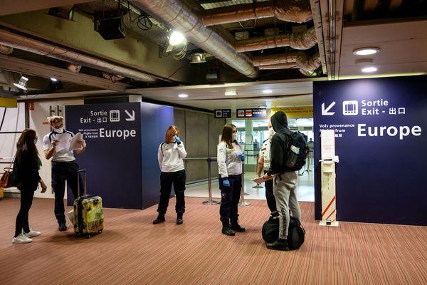 Zone de contrôle des tests PCR de la Croix-Rouge pour les passagers des vols internationaux à l'aéroport de Roissy, le 13 février 2021