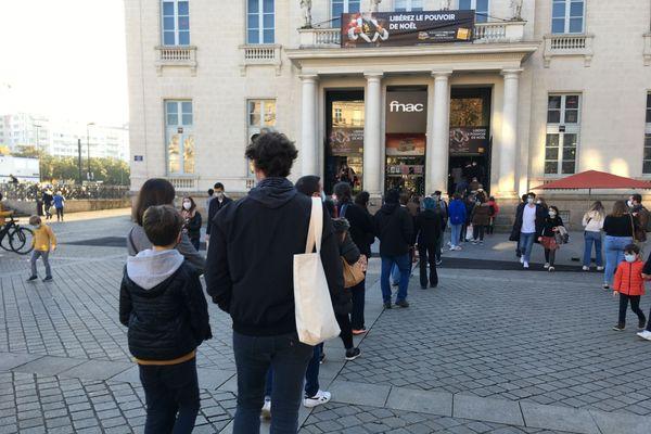 File d'attente devant la Fnac de Nantes