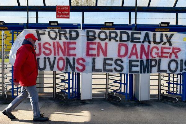 Un syndicaliste devant l'entrée de l'usine Ford de Blanquefort, le 27/02/18.