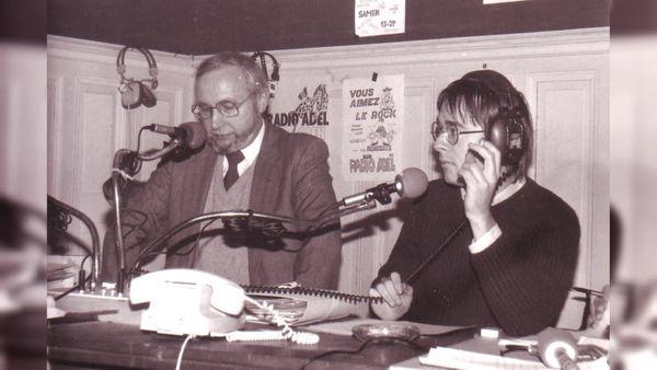Louis Mexandeau, député socialiste de Caen et ministre des PTT au micro de Radio Adel de Caen  au début des années 80