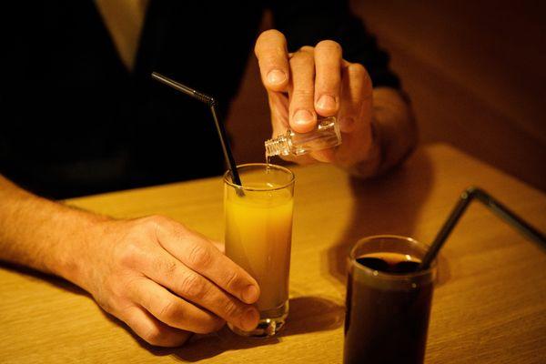 Le GHB est mis sous forme de pilule ou de liquide dans les verres pour droguer les personnes à leur insu (illustration)