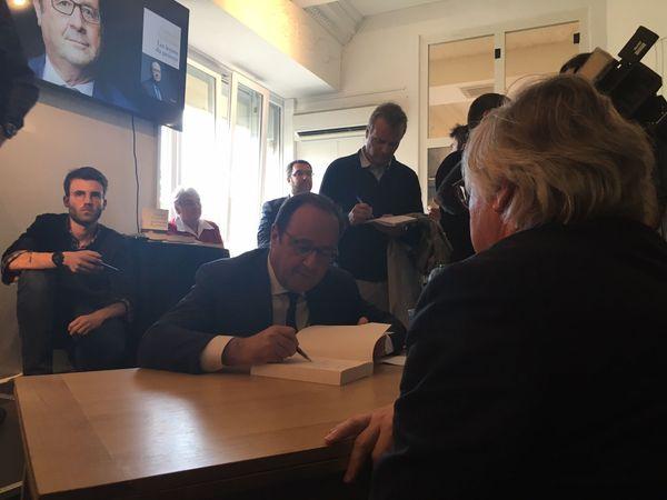 """François Hollande signe son livre """" Les leçons du pouvoir"""""""