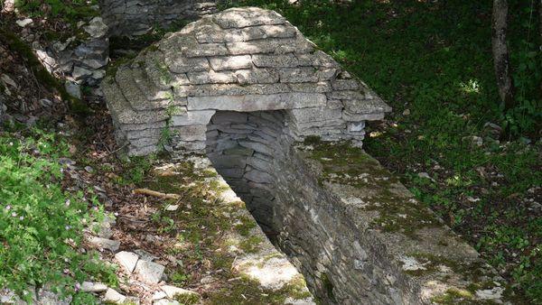 La cabane des Pargues et son puits sur le circuit des meurgers, à Noyers-sur-Serein dans l'Yonne.