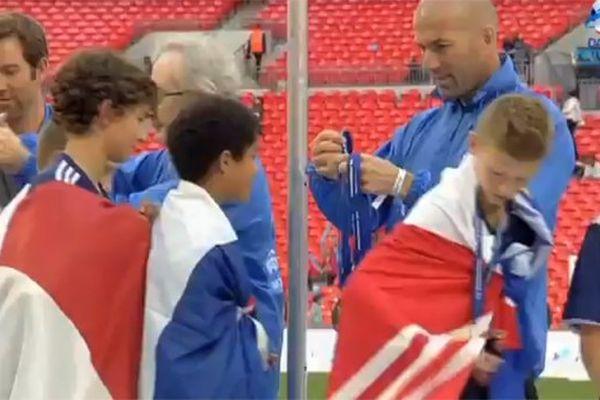 Zidane remet leurs médailles aux jeunes du RC Lens.