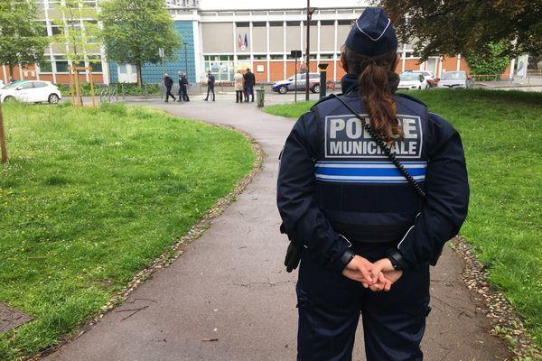 Un large périmètre de sécurité a été établi autour de l'école élémentaire Boufflers-Monge, située à quelques mètres de l'hôtel de ville de Lille.