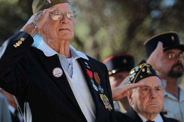 Des vétérans font le salut militaire lors du 70ème anniversaire du débarquement de Provence, le 15 août 2014