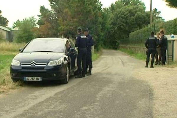 Aramon (Gard) : les gendarmes devant la maison où les 2 victimes ont été tuées par balles - 19 juin 2013.