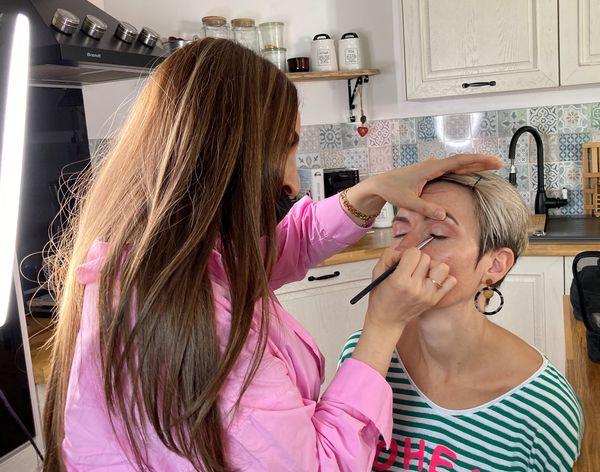 Léa est maquilleuse professionnelle chez Sam Beauty à Longwy. Elle aussi se mobilise pour maquiller bénévolement les  participantes du projet.