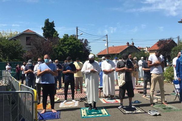 Moment de prière devant la Mosquée Omar, à Bron.