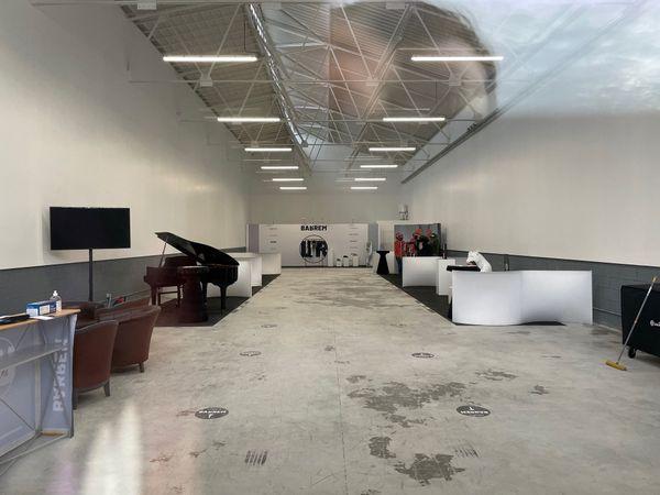 Le showroom photographié ce lundi 14 décembre, 36 heures après la soirée clandestine, porte encore les stigmates de l'événement.