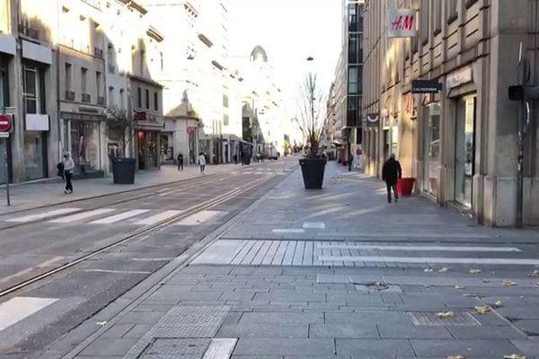 La rue Saint-Jean de Nancy, artère très commerçante du centre ville, quasi déserte lors du second confinement.