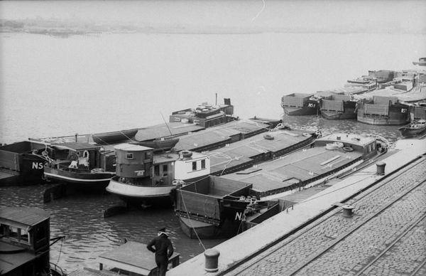 """Des péniches rassemblées dans le port allemand de Wilhelmshaven, en vue de l'Opération """"Seelöwe"""" en 1940."""