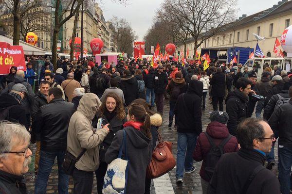 Un rassemblement (à l'appel de la CGT) devant le siège du Medef, le 9 mars 2016.