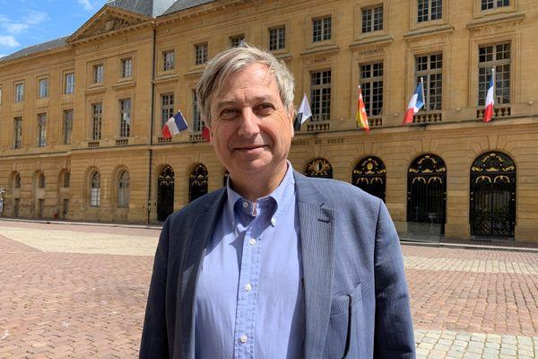 François Grodidier, nouveau maire LR de Metz, devant la mairie
