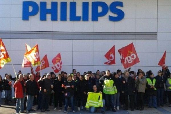 Les salariés Philips devant leur siège à Suresnes (92).