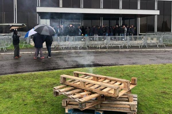 Les salariés de Ford, jeudi 13 décembre, devant l'usine de Blanquefort.