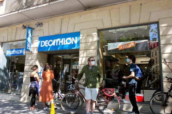 File d'attente devant un magasin Decathlon à Paris le 28 mai 2020.