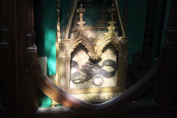 LesMeurthe-et-Moselle : Saint-Nicolas fait de l'ombre à Saint-Gorgon chaînes du sire de Réchicourt conservées dans le trésor de la basilique.