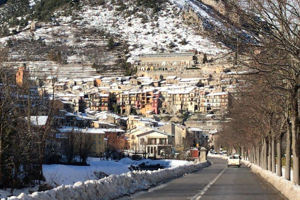 Le village de Tende enneigé.
