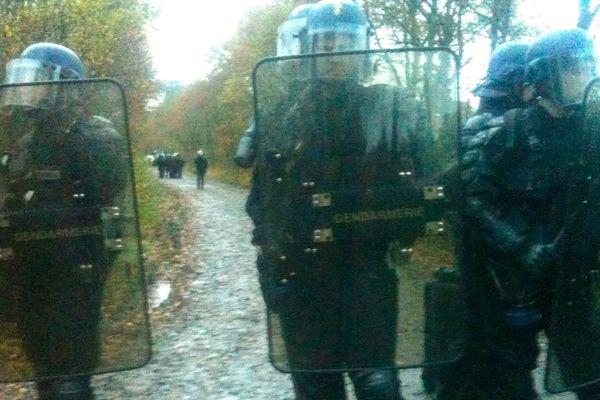 Les gendarmes en bordure de la Zone à défendre