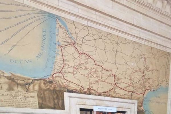 La grande fresque murale du hall de départ de la gare St Jean est classée aux monuments historiques. Elle représente le réseau nouvellement électrifié de la Compagnie du Midi dans les années 1920.