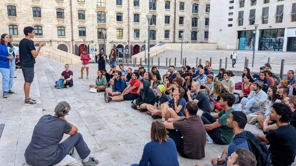 """Cyprien explique la situation aux activistes réunis pour une opération """"massive"""" en marge du Congrès mondial de la nature."""