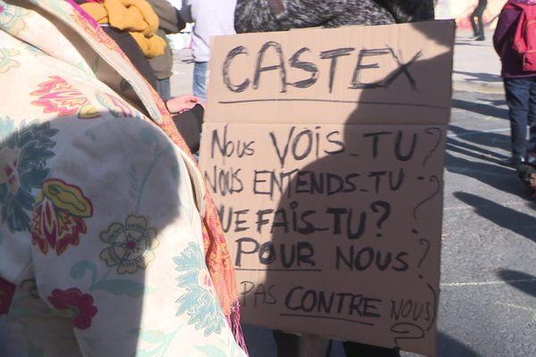 Dans l'assemblée, des pancartes interpellent Jean Castex.