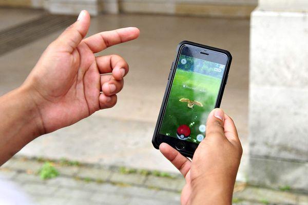 """De nombreux utilisateurs jouent déjà à """"Pokémon Go"""" dans le Nord et le Pas-de-Calais."""