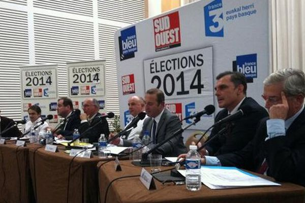 Les 8 candidats en lice pour le poste de maire à Biarritz lors du débat organisé le 12 mars 2014