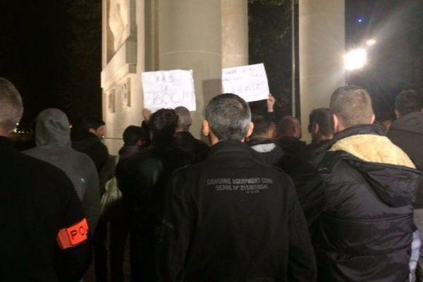 Cette nuit à Toulouse quelque 120 policiers se sont rassemblés devant le monument aux morts pour exprimer leur colère.