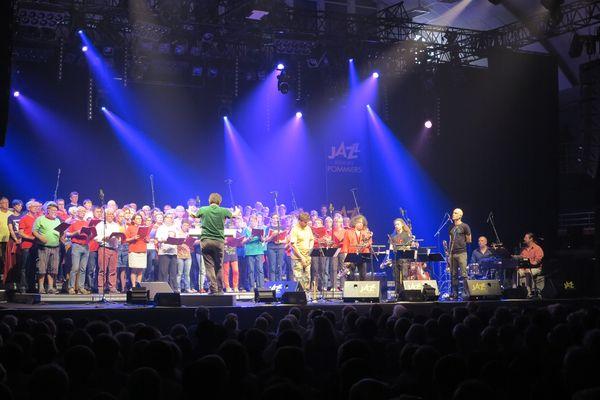 Une centaine de choristes entonnantes chants contestataires aux côté de Sylvain Kassap et de ses musiciens