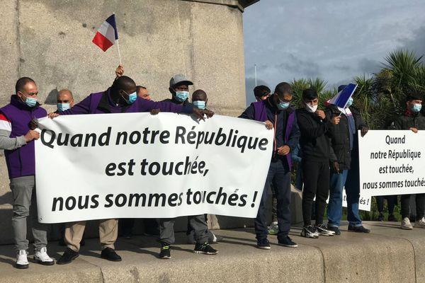 Une centaine de personnes mulsumanes  était réunie dans le centre-ville de Cherbourg, arborant banderoles de soutien et drapeaux tricolores.