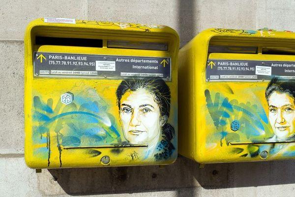 Des portraits de Simone Veil réalisés au pochoir par l'artiste C215 (alias Christian Guemy) sur des boites aux lettres devant la mairie du 13e à Paris ont été recouverts de tags nazis.