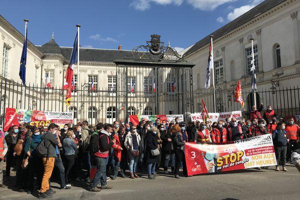 Environ 200 agents étaient rassemblés en fin de matinée devant l'ancien hôtel de ville de Nantes.