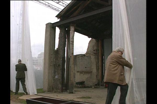 """En mars 1995, Thierry Fremaux et Bertrand Tavernier dévoilent ensemble les restes du hangar du premier film """"sortie de l'usine Lumière"""""""