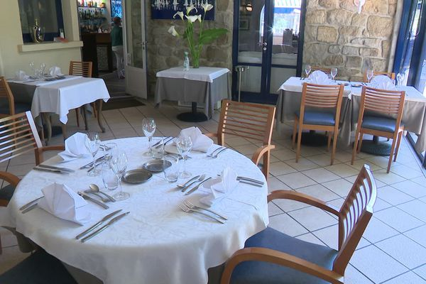 Couverts en double, distance entre les tables, les restaurateurs se préparent à rouvrir.