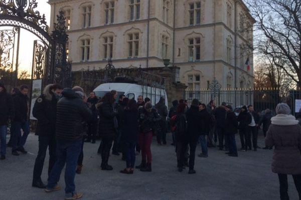 Une quarantaine de policiers se sont rassemblés en soutien à leurs deux collègues de la section d'intervention placés en garde à vue à l'antenne de l'IGPN à Rennes