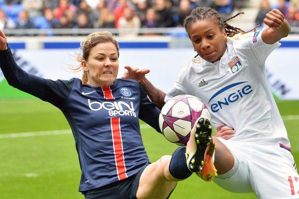 Elodie Thomis et Erika, lors du match OL-PSG, le 24 avril 2016.