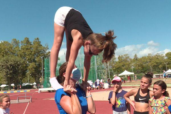 Démonstration de gymnastique au Fort Carré d'Antibes dimanche 6 septembre, l'entraîneur porte le masque.