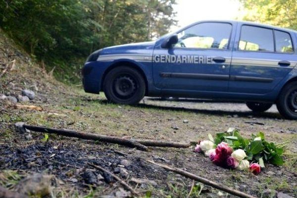 Un bouquet de roses déposé à l'endroit de la tuerie de Chevaline, le 8 septembre 2012.