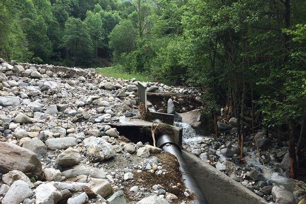 La route départementale 8F a disparu sous des milliers de mètres cubes de cailloux.