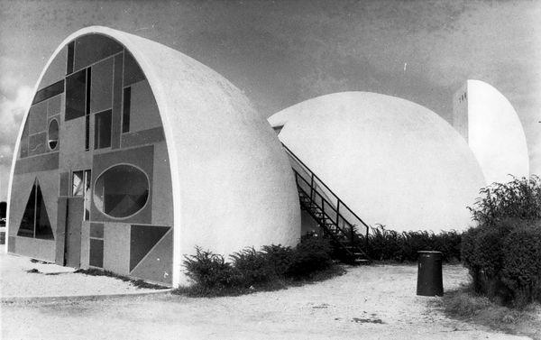 Une photo de septembre 1973 montre ces maisons aux formes étranges qui constituent le village vacances de Beg Meil