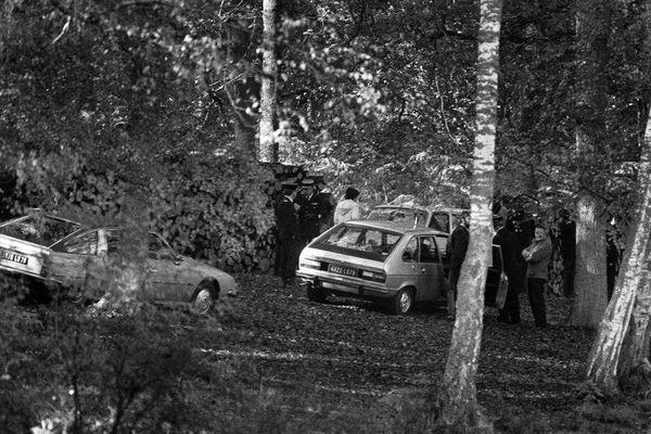 Des policiers examinent les lieux près de l'étang au bord duquel le corps du ministre du Travail Robert Boulin a été découvert, le 30 octobre 1979, en forêt de Rambouillet. La thèse du suicide a été privilégiée après la campagne de presse qu'il avait subie concernant l'acquisition d'un terrain à Ramatuelle.
