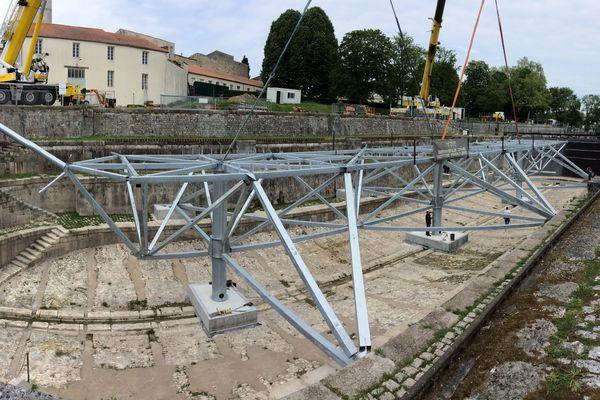 Installation de la structure de base de l'accroc-mâts dans la cale de radoub où a été reconstruite l'Hermione