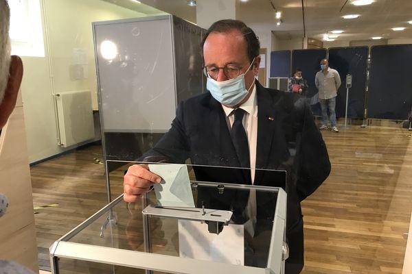 François Hollande a voté pour les élections départementales et régionales, le dimanche 20 juin 2021 à 9h50 à Tulle. Il a également voté pour sa compagne Julie Gayet, dont il a avait la procuration.