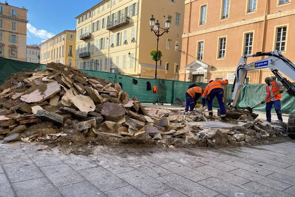Ce mardi 19 janvier, la fontaine de la place du Palais de justice a disparu.