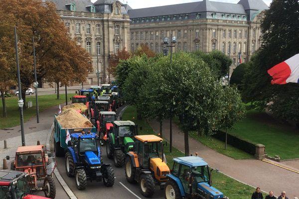 Cortège insolite de tracteurs place de la République à Strasbourg