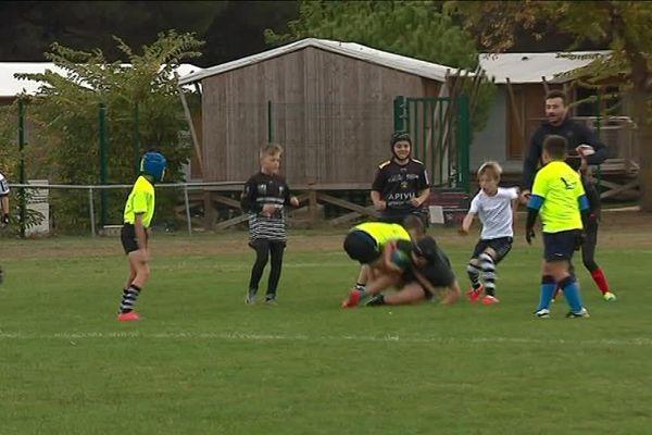 Les enfants du Sporting CLub Rétais prennent une leçon de rugby avec le Stade Rochelais